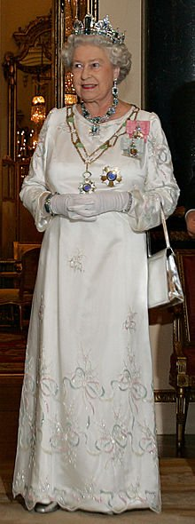 220pxelizabethiibuckinghampalace07mar2006.jpg