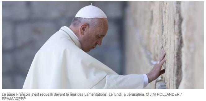 pape françois se receuille.